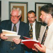 Der damalige Ministerpräsident Thüringens, Bernhard Vogel mit Bürgermeister und Landrat.